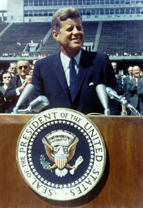 800px-John_F._Kennedy_speaks_at_Rice_University